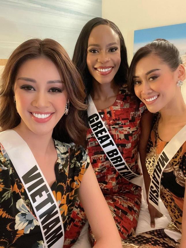 Khánh Vân tặng đồ bộ Việt Nam cho thí sinh Miss Universe ảnh 9