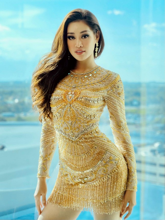 Khánh Vân tặng đồ bộ Việt Nam cho thí sinh Miss Universe ảnh 2