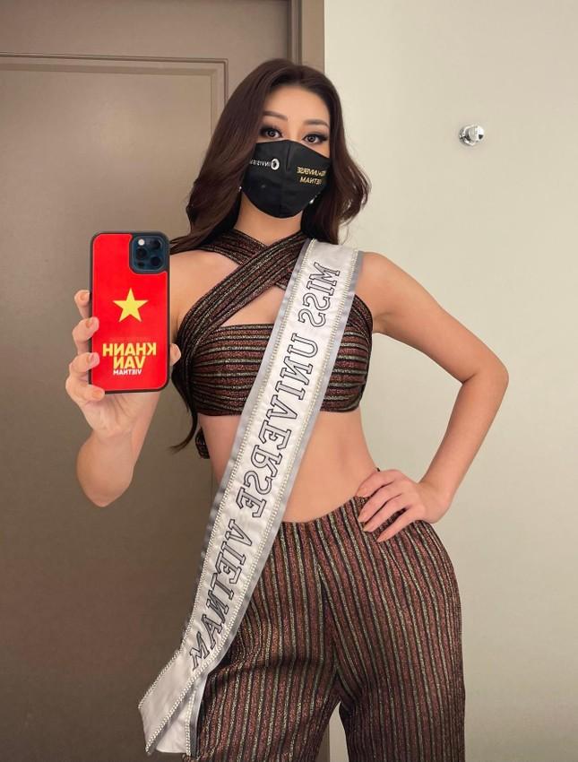 Khánh Vân tặng đồ bộ Việt Nam cho thí sinh Miss Universe ảnh 6