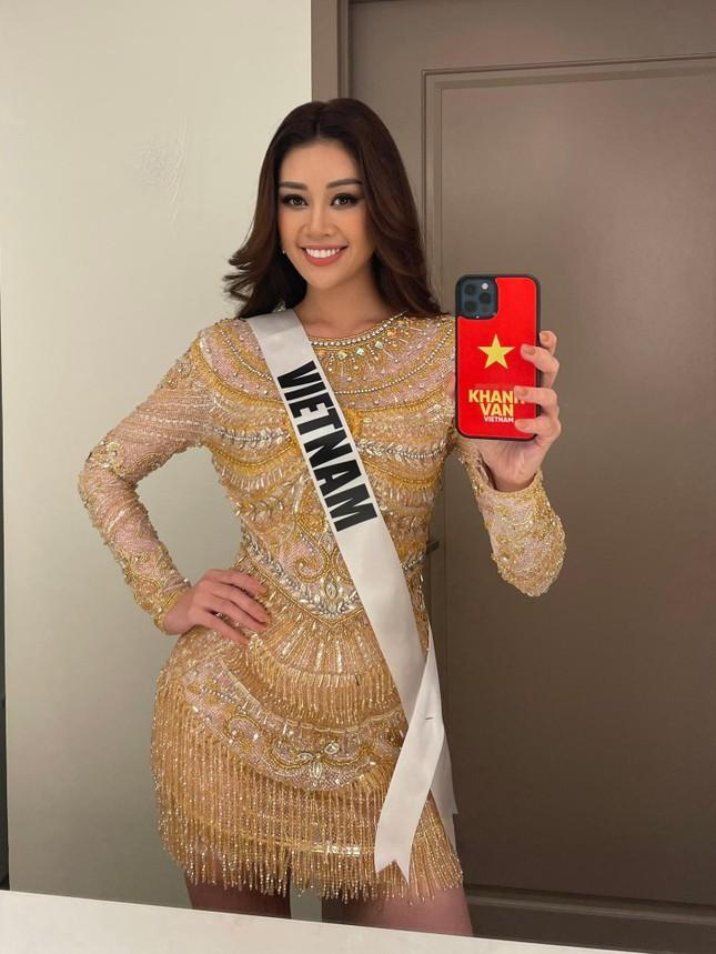 Khánh Vân tặng đồ bộ Việt Nam cho thí sinh Miss Universe ảnh 4
