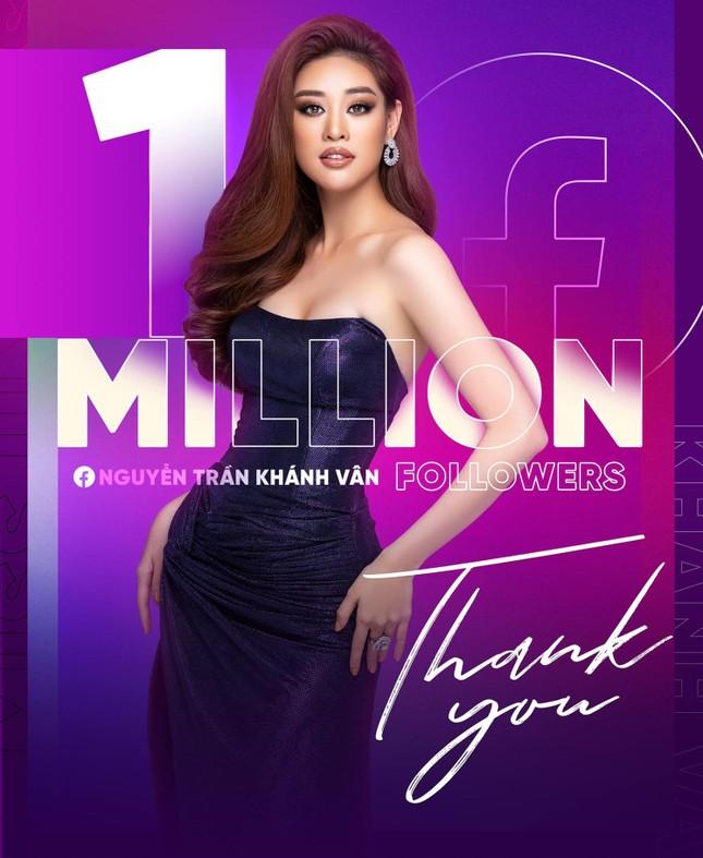 Mừng fanpage đạt 1 triệu follow, Khánh Vân tung loạt váy dạ hội cho bán kết Miss Universe ảnh 1