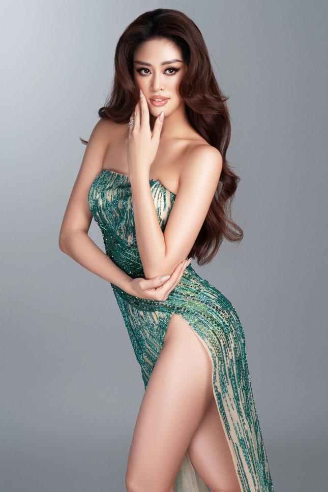 Mừng fanpage đạt 1 triệu follow, Khánh Vân tung loạt váy dạ hội cho bán kết Miss Universe ảnh 3