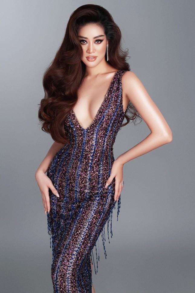 Mừng fanpage đạt 1 triệu follow, Khánh Vân tung loạt váy dạ hội cho bán kết Miss Universe ảnh 4