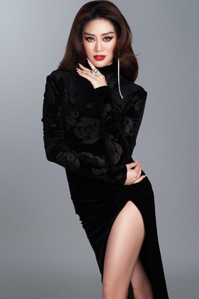 Mừng fanpage đạt 1 triệu follow, Khánh Vân tung loạt váy dạ hội cho bán kết Miss Universe ảnh 6