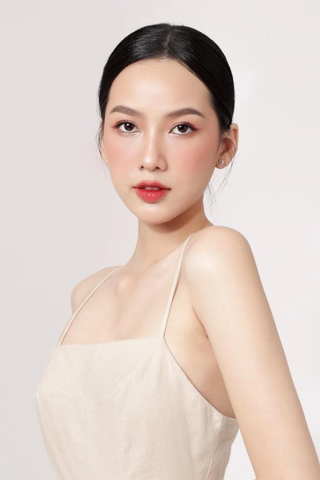Đỗ Thị Hà bất ngờ đổi style cá tính, mặc áo crop-top khoe eo 'con kiến' cực nóng bỏng ảnh 11