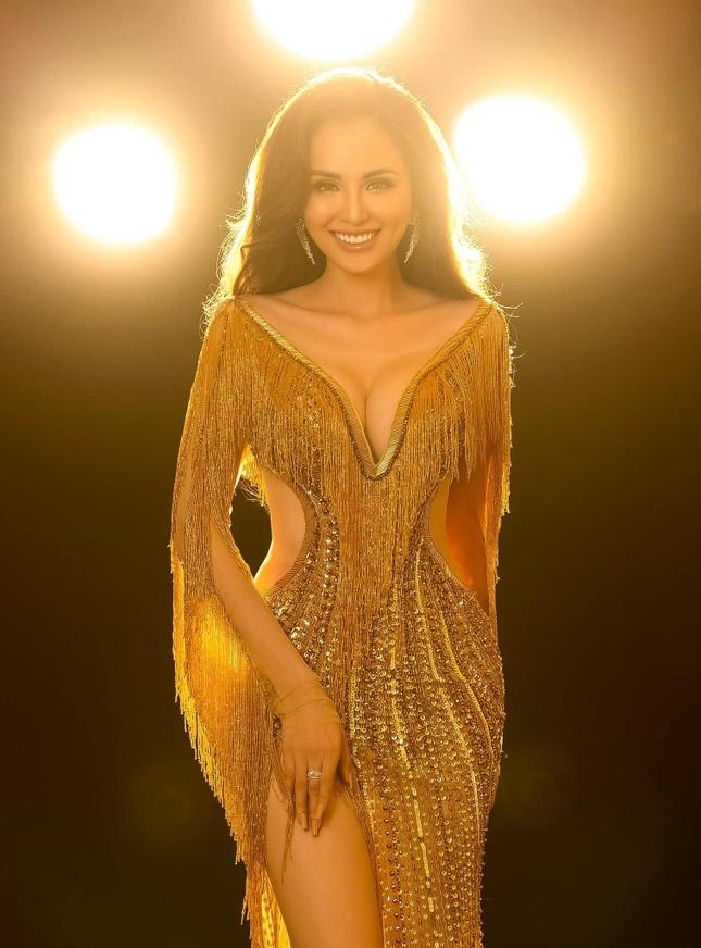 Đỗ Thị Hà bất ngờ đổi style cá tính, mặc áo crop-top khoe eo 'con kiến' cực nóng bỏng ảnh 3