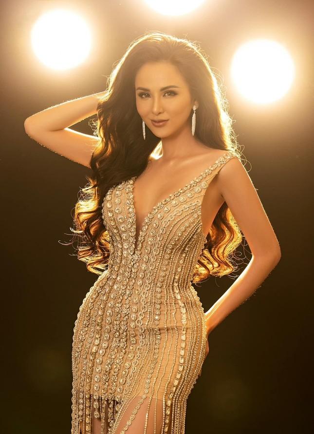 Đỗ Thị Hà bất ngờ đổi style cá tính, mặc áo crop-top khoe eo 'con kiến' cực nóng bỏng ảnh 4