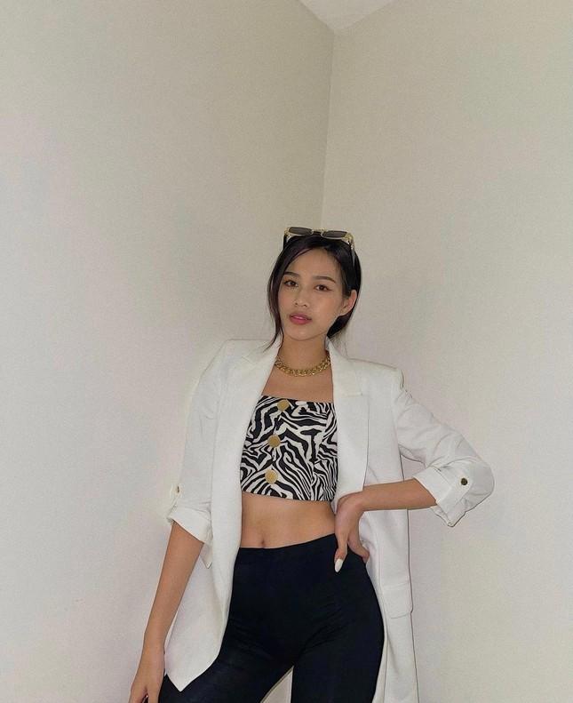 Đỗ Thị Hà bất ngờ đổi style cá tính, mặc áo crop-top khoe eo 'con kiến' cực nóng bỏng ảnh 1