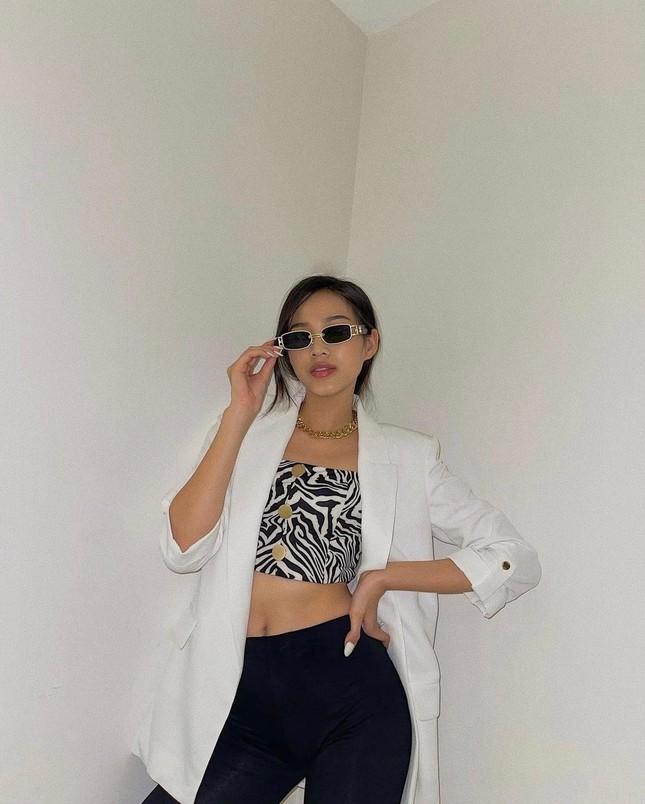 Đỗ Thị Hà bất ngờ đổi style cá tính, mặc áo crop-top khoe eo 'con kiến' cực nóng bỏng ảnh 2