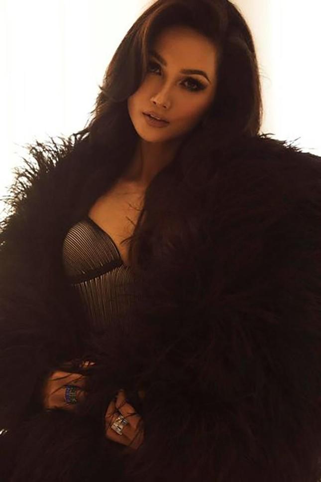 Tiểu Vy cực 'ngầu' với phong cách menswear, H'Hen Niê khoe dáng nóng bỏng với áo tắm ảnh 2