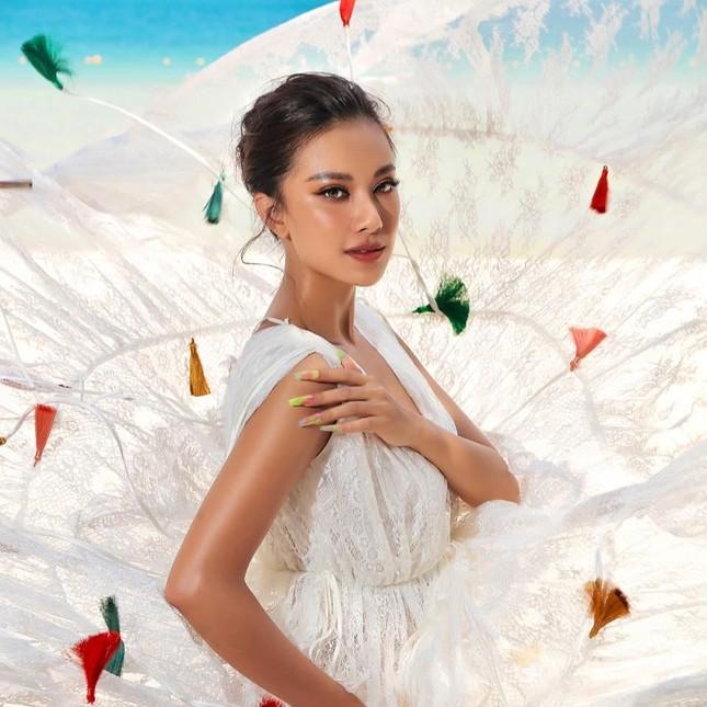 Tiểu Vy cực 'ngầu' với phong cách menswear, H'Hen Niê khoe dáng nóng bỏng với áo tắm ảnh 10