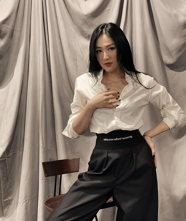 Chụp ảnh thời trang ở tuổi 45, Hoa hậu Ngọc Khánh tự tin diện váy xẻ vòng một táo bạo ảnh 4