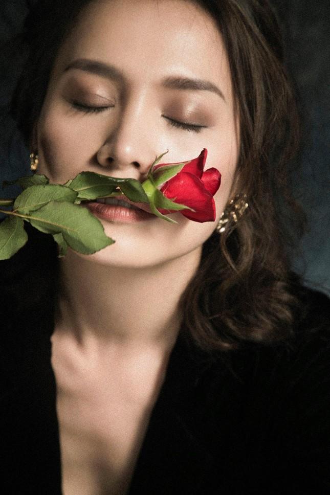 Chụp ảnh thời trang ở tuổi 45, Hoa hậu Ngọc Khánh tự tin diện váy xẻ vòng một táo bạo ảnh 3