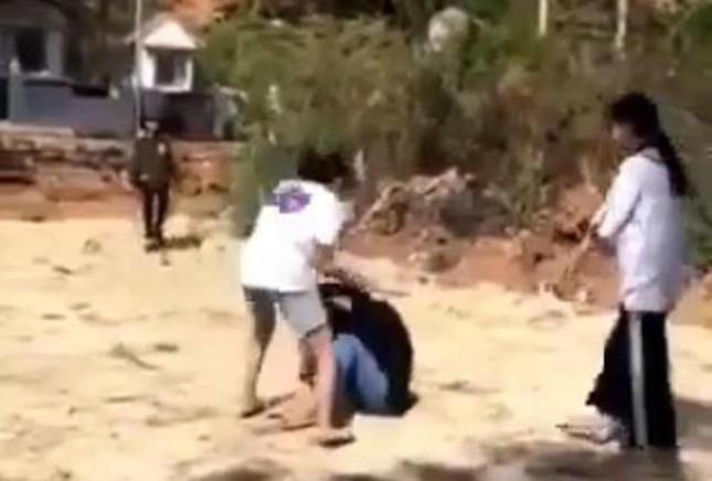 Nhóm nữ sinh cấp 2 ở Lâm Đồng đánh bạn tàn tệ tại nghĩa trang ảnh 2