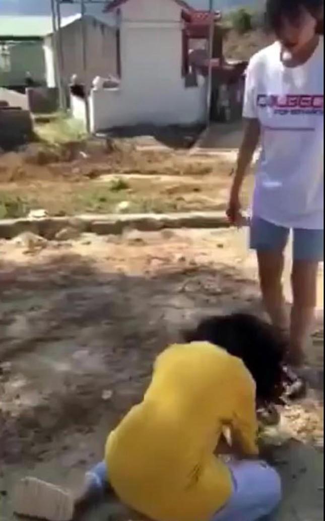 Nhóm nữ sinh cấp 2 ở Lâm Đồng đánh bạn tàn tệ tại nghĩa trang ảnh 1