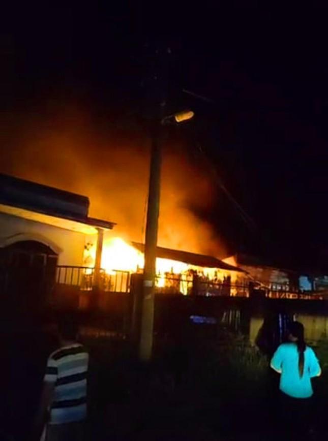 Căn nhà gỗ ở Lâm Đồng hóa tro than sau 20 phút phát hỏa ảnh 1