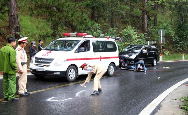 Xe máy đối đầu ô tô trên đèo Prenn, 2 người thương vong ảnh 2