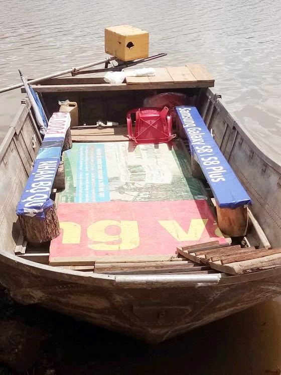 Thuyền 'chui' mạo hiểm chở khách trên hồ nước sâu ảnh 3