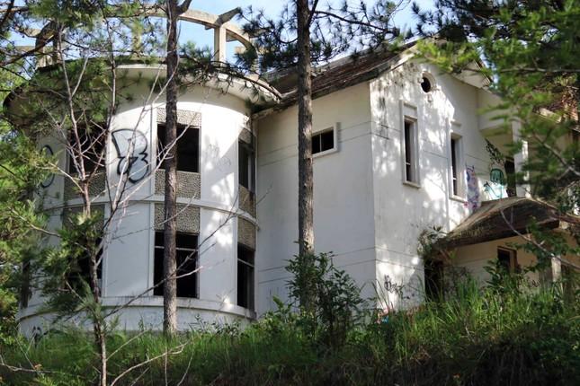 Hàng chục biệt thự nghỉ dưỡng bị bỏ hoang trên đồi thông Đà Lạt ảnh 1
