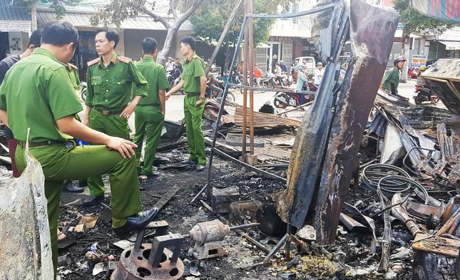 12 quầy hàng trên đường Trần Hưng Đạo bị thiêu rụi trong đêm ảnh 3