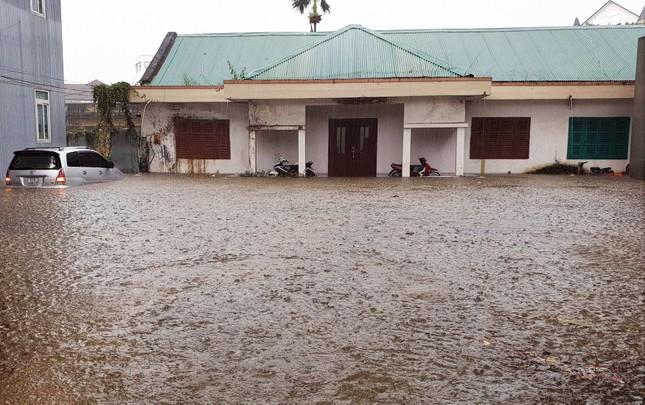 Hàng loạt tuyến đường ở thành phố Bảo Lộc bị ngập sâu sau trận mưa lớn ảnh 3