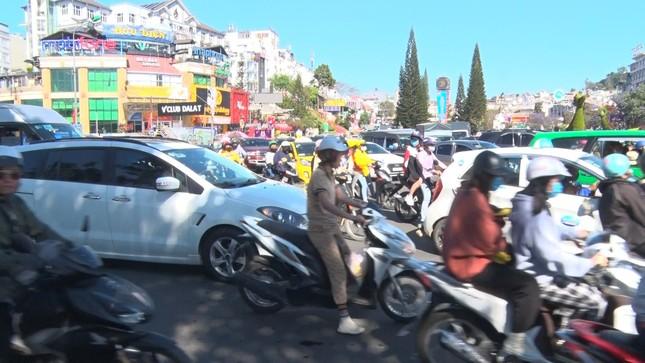 Du khách nườm nượp đổ về Đà Lạt, kẹt xe cục bộ ở nhiều tuyến đường ảnh 2