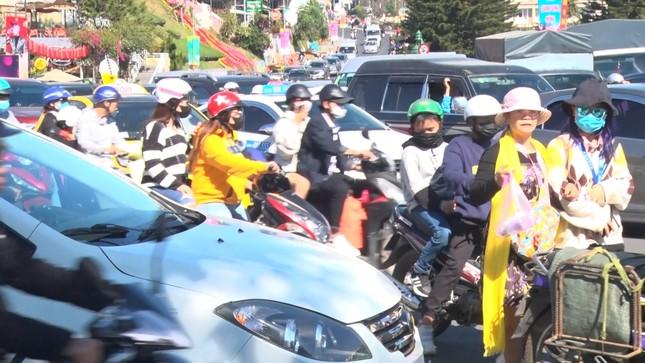 Du khách nườm nượp đổ về Đà Lạt, kẹt xe cục bộ ở nhiều tuyến đường ảnh 1