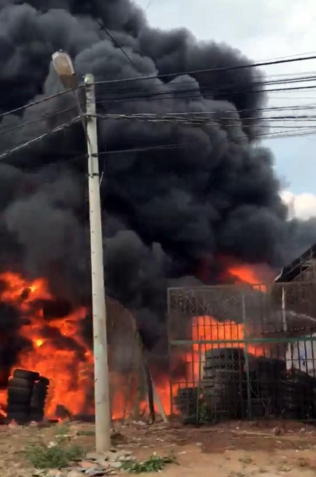 Kho bãi chứa lốp ô tô cháy dữ dội, khu dân cư náo loạn ảnh 1