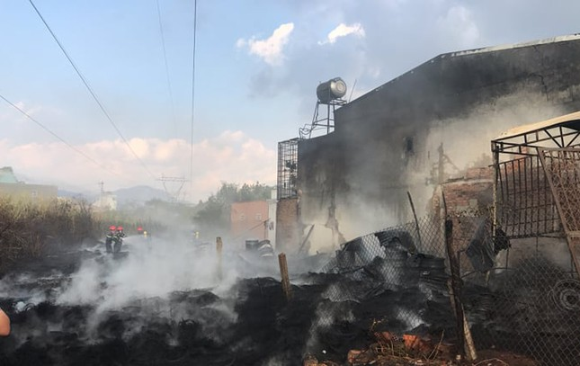 Kho bãi chứa lốp ô tô cháy dữ dội, khu dân cư náo loạn ảnh 3