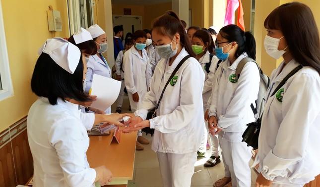 Trường Cao đẳng Y tế Lâm Đồng sản xuất khẩu trang để cấp phát miễn phí ảnh 2