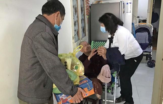 Công an Đà Lạt đi khắp hẻm tặng quà cho dân nghèo ảnh 1
