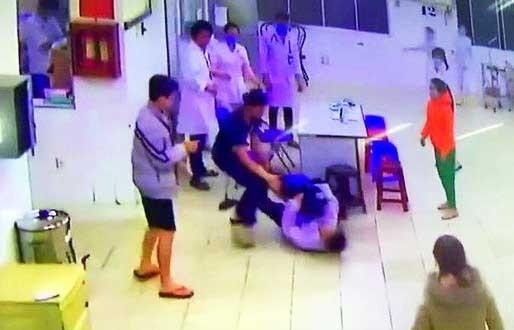 Khởi tố hai cha con đánh bảo vệ, điều dưỡng bệnh viện Lâm Đồng ảnh 1