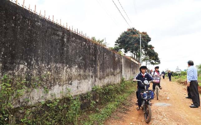 Tường rào bê tông nứt toác, hơn 600 học sinh sống trong sợ hãi ảnh 3