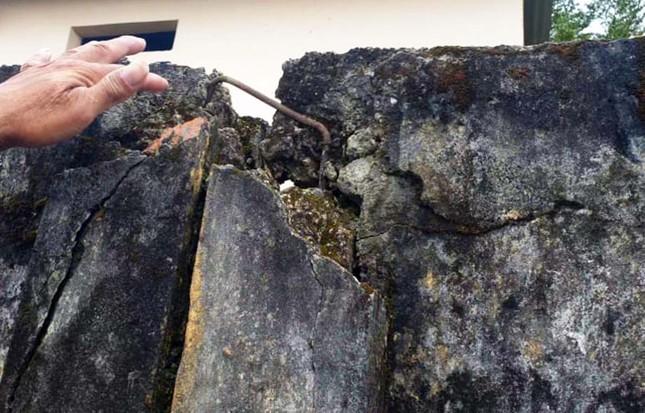 Tường rào bê tông nứt toác, hơn 600 học sinh sống trong sợ hãi ảnh 2