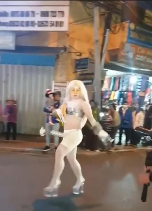 Người mặc phản cảm, làm trò lố trên phố Đà Lạt bị phạt 7,5 triệu đồng ảnh 1