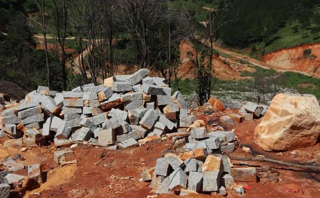 Năm chủ mỏ bị phạt nặng vì khai thác khoáng sản ngoài ranh giới ảnh 1