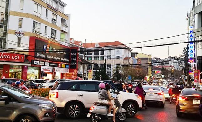 Du khách đổ về Đà Lạt, nhiều người chủ quan với dịch COVID-19 ảnh 1