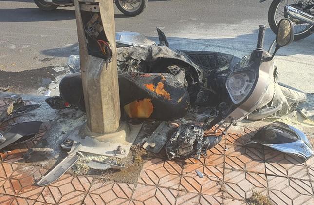 Đà Lạt: Xe tải tông xe máy văng vào trụ điện cháy rụi ảnh 3