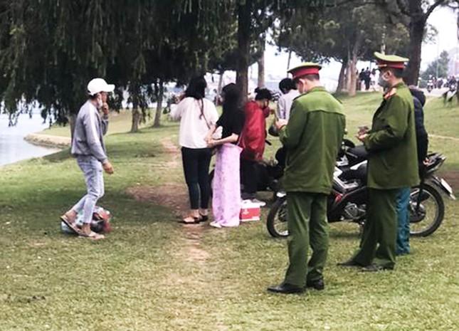 Đà Lạt: Phạt nặng hàng trăm du khách, người địa phương không đeo khẩu trang ảnh 3