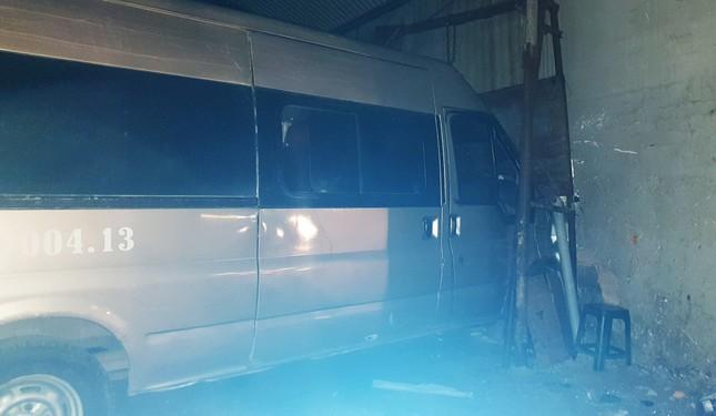 Liên tiếp 2 vụ ô tô mất lái trôi tự do tông sập nhà ảnh 1