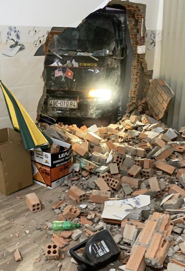 Liên tiếp 2 vụ ô tô mất lái trôi tự do tông sập nhà ảnh 2