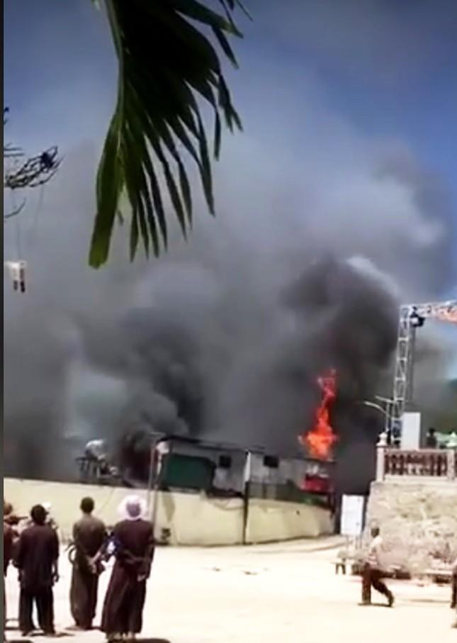 Cháy lớn trước cổng tịnh thất, thiêu rụi nhiều ki ốt hàng hóa ảnh 2
