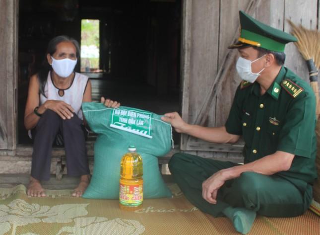 Đắk Lắk: Ủng hộ tiền, thực phẩm thiết yếu cho dân ảnh 1