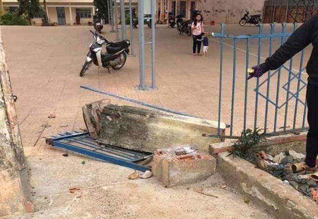 Cổng trường tiểu học đổ sập đè chết học sinh lớp 4 ảnh 1