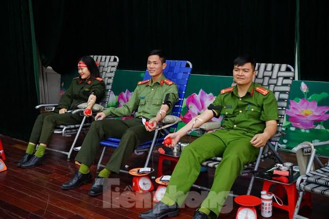 Chủ nhật Đỏ tại Công an tỉnh Đắk Lắk: Nhà tu hành, người dân vào hiến máu ảnh 4