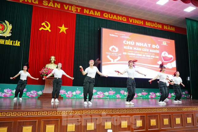 Chủ nhật Đỏ tại Công an tỉnh Đắk Lắk: Nhà tu hành, người dân vào hiến máu ảnh 2