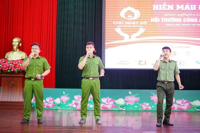 Chủ nhật Đỏ tại Công an tỉnh Đắk Lắk: Nhà tu hành, người dân vào hiến máu ảnh 1