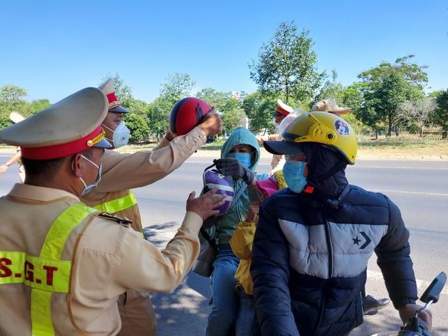 Hàng nghìn người dân bị CSGT 'chặn xe' để lì xì ảnh 4