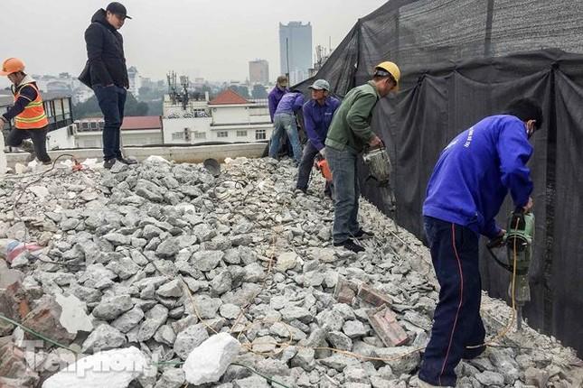 Cao ốc xây vượt tầng cạnh Hồ Gươm chưa thể 'hạ' chiều cao do không có thợ! ảnh 3
