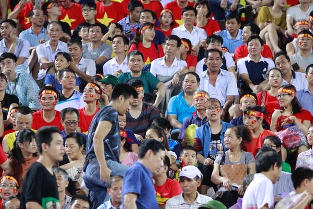 Người hâm mộ 'nhuộm đỏ' đại lộ Hùng Vương đón U23 Việt Nam ảnh 19